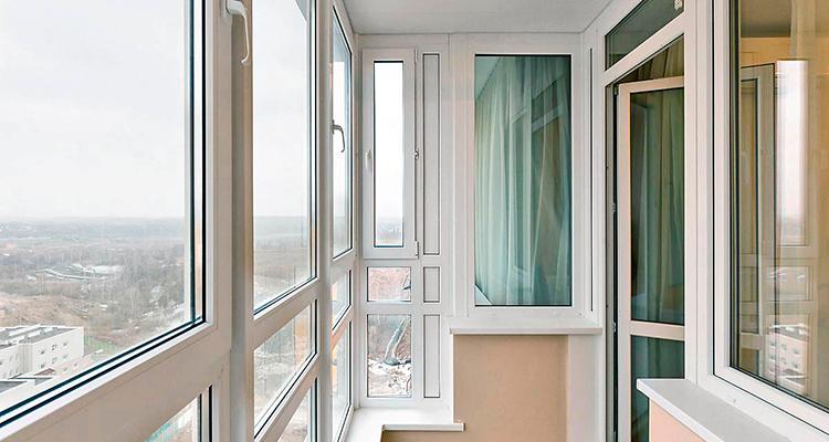 plastikovyye balkony foto